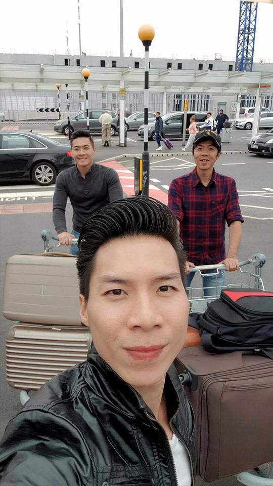 Hai anh em nhà họ Giang đang trên đường về nhà sau cuộc thi đầy căng thẳng tại Anh.
