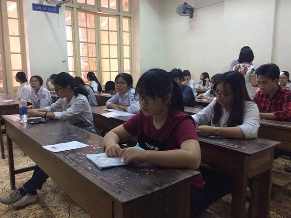 Sáng 6/6, các thí sinh tại Hà Nội tới điểm thi để nghe phổ biến quy chế thi vào 10. Ảnh: T.H
