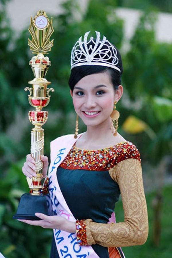 Thùy Lâm đăng quang Hoa hậu Hoàn vũ Việt Nam 2008.