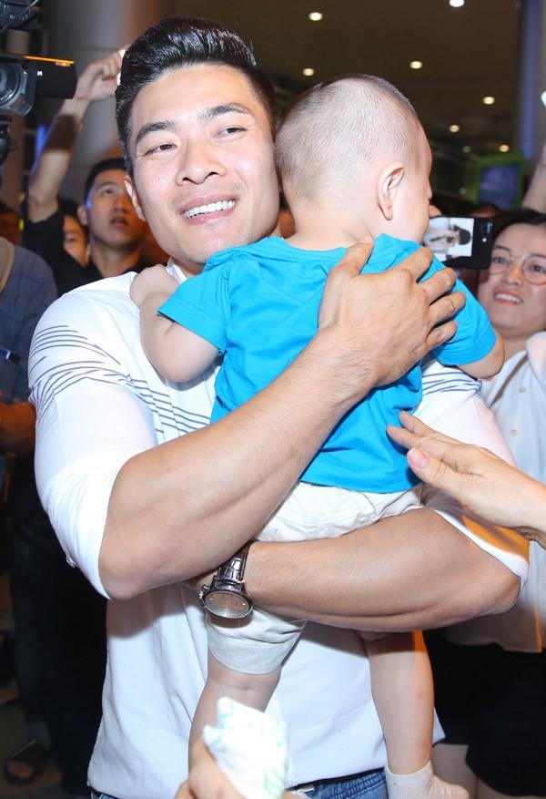 Quốc Cơ ôm chặt con trai vào lòng.