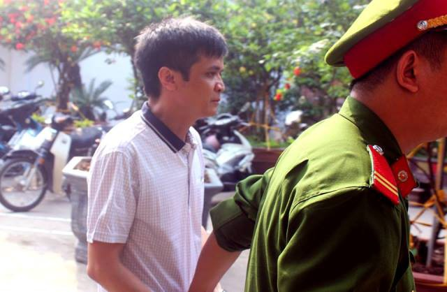 Bị cáo Nguyễn Đình Lê được cảnh sát áp giải tới tòa.