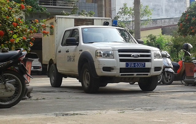 Chiếc xe đặc dụng dẫn giải bị cáo Nguyễn Đình Lê đến phiên tòa xét xử. Ảnh: Ngọc Tuấn