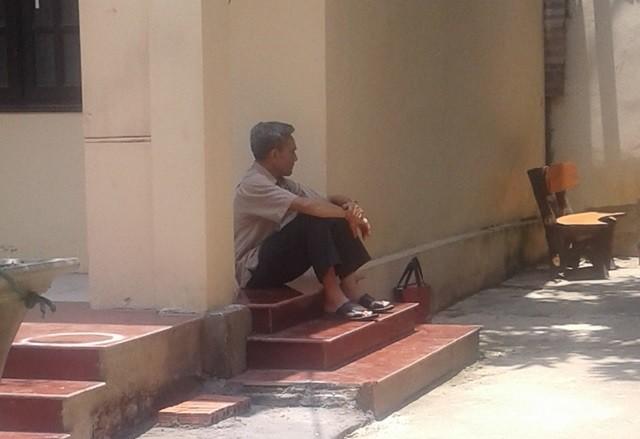 Bác ruột của bị cáo buồn bã ngồi một góc trong thời gian chờ đợi HĐXX nghị án.