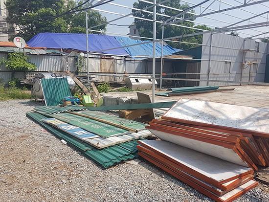 Các hạng mục công trình đang được Tổng Công ty Vận tải Hà Nội tự phá dỡ, di chuyển.