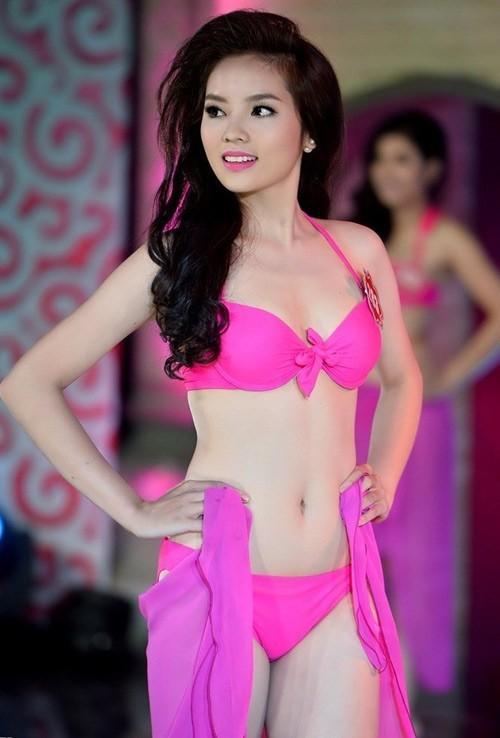 Vóc dáng cân đối và tỷ lệ cơ thể hài hòa giúp Kỳ Duyên dễ dàng toả sáng với áo tắm.