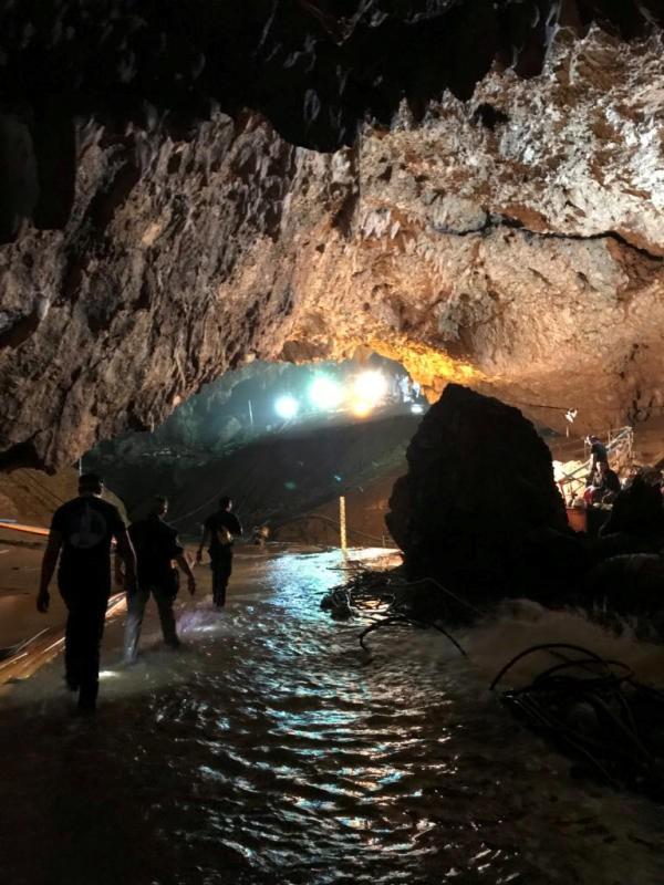 Các thợ lặn đã vào hang lúc 10h08 và dự kiến đến 17h sẽ đưa được các cầu thủ nhí ra ngoài.