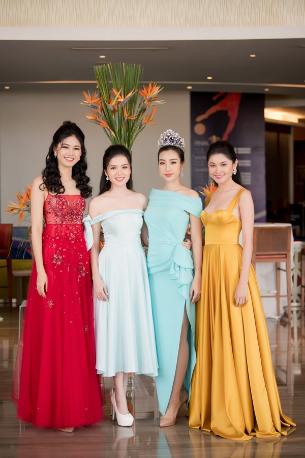 Hoa hậu Đỗ Mỹ Linh chụp cùng các người đẹp Ngô Thanh Thanh Tú, Thùy Dung và Tố Như.
