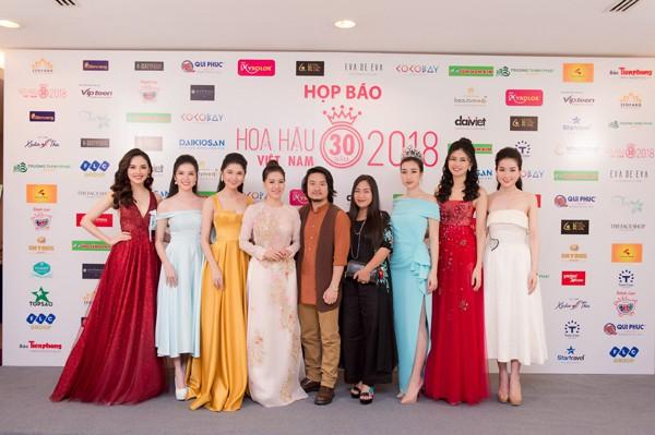 Dàn các Hoa hậu, Á hậu, người đẹp chụp cùng Tổng đạo diễn và phó Trưởng BTC.