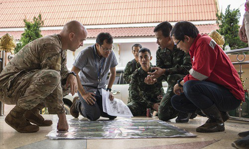 Một chuyên gia quân sự Mỹ bàn bạc kế hoạch giải cứu đội bóng nhí với các binh sĩ Thái Lan. Ảnh: Defense.gov.