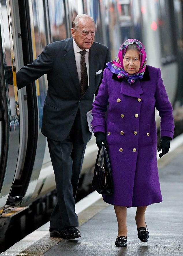 Nữ hoàng Anh sẽ không tham dự lễ rửa tội cho chắt Louis.