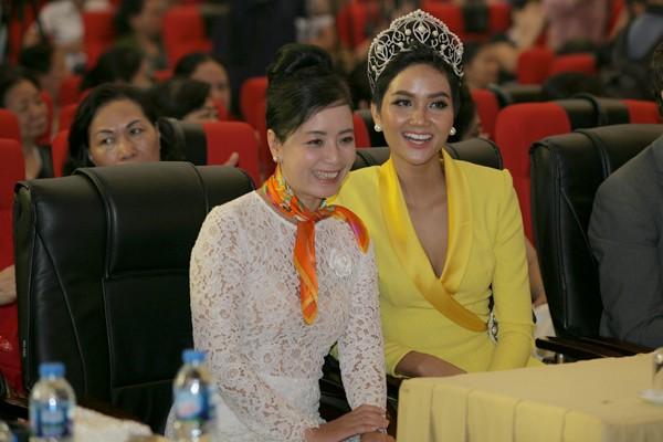 Hoa hậu Hhen Niê vui vẻ bên nghệ sĩ Chiều Xuân.