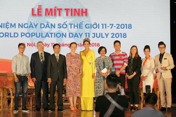 Chụp hình lưu niệm cùng các đại biểu và khách mời.