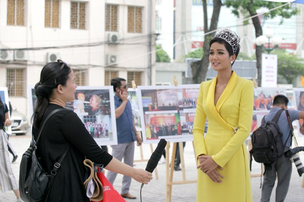 Trả lời phỏng vấn Đài truyền hình Việt Nam.
