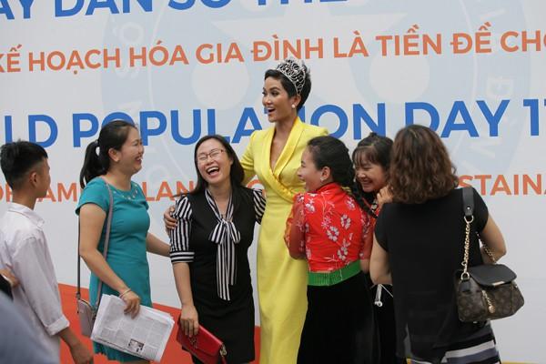 Hoa hậu tỏ ra rất thân thiện với các fan hâm mộ.