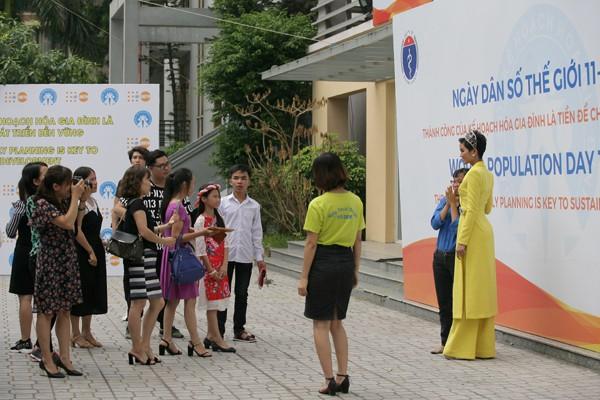 Các fan hâm mộ đứng chờ tới lượt để chụp ảnh cùng Hoa hậu.