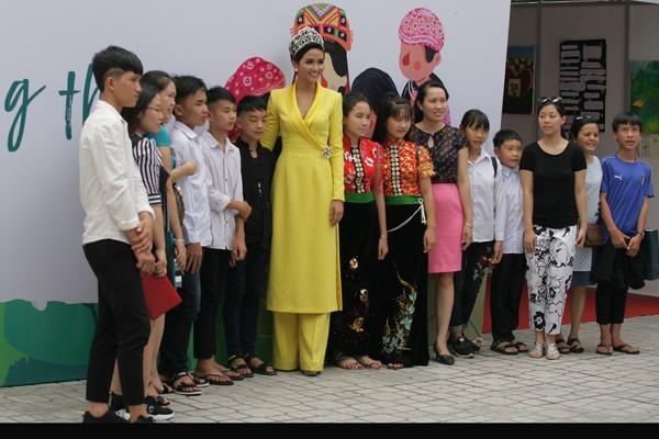 Hoa hậu Hhen Niê chụp hình lưu niệm với các bạn nhỏ.