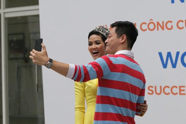 Vui vẻ, hồn nhiên selfie cùng MC Phan Anh.