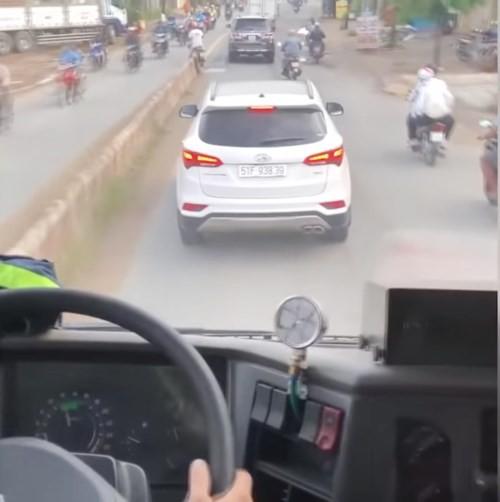 Xe ô tô con có hành vi cản trở đối xe cứu hỏa đi làm nhiệm vụ tại TPHCM. Ảnh: TL