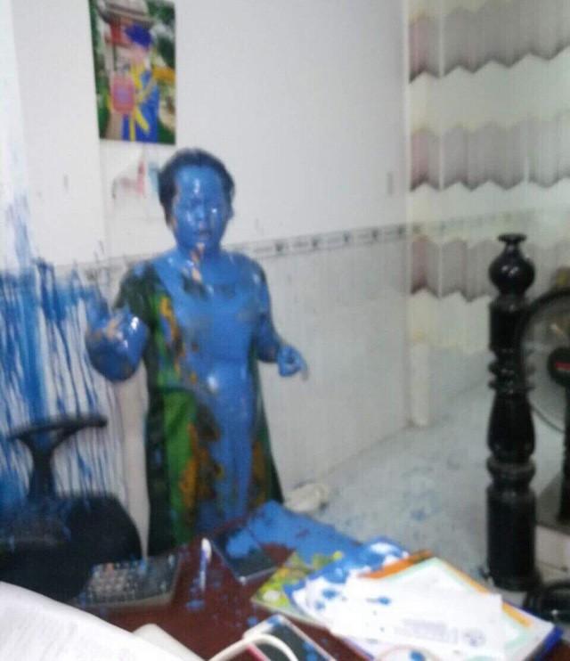 Vị trí làm việc của bà Chi nhoe nhoét sơn do đối tượng lạ gây nên. (ảnh nhân vật cung cấp)