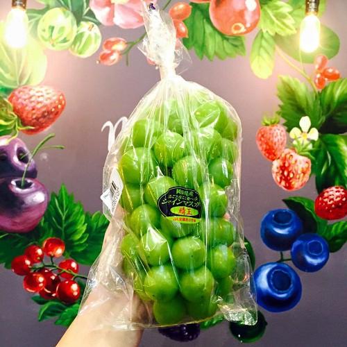 Nho xanh Nhật Bản có trái to, ăn giòn, hương vị thơm ngon và thanh dịu.