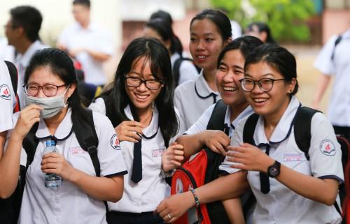 Thí sinh vui vẻ tham dự kỳ thi THPT quốc gia 2018. Ảnh: Quỳnh Trần.