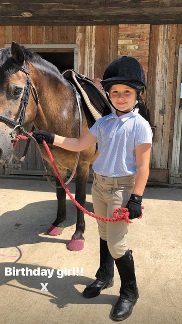 Hôm 10/7, cô con gái rượu Harper của Becks vừa tròn 7 tuổi. Trong ngày sinh nhật, Harper được bố mẹ cho đi cưỡi ngựa vào buổi sáng. Đây là con ngựa được vợ chồng Becks mua làm quà sinh nhật tặng con gái.