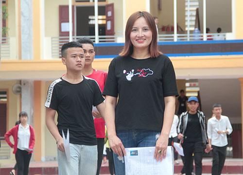 Chị Minh tại điểm thi trường THPT Hồng Lĩnh ba tuần trước. Ảnh: Đức Hùng