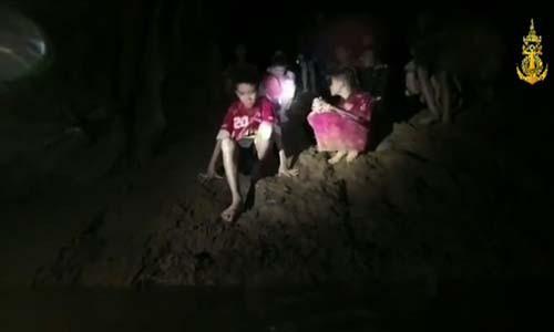 Nhóm thiếu niên và huấn luyện viên đội bóng Lợn Hoang đã trải qua 18 ngày trong hang Tham Luang ngập nước và tăm tối . Ảnh: Hải quân Thái Lan.