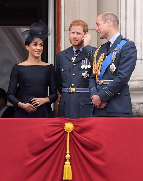 Không chỉ nói chuyện với chồng, Meghan còn rất biết cách pha trò. Cô cười nói thoải mái với anh chồng, Hoàng tử William.