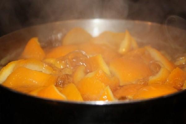 Cho cam chanh vào đun với nước trong 10 phút.