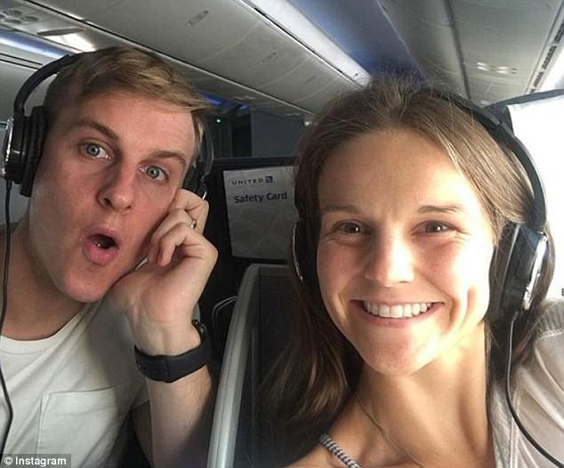 Bức ảnh hai vợ chồng hào hứng trên chuyến bay đến Mexico. (Ảnh: dailymail)