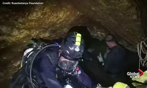 Những ngách hang chật hẹp thợ lặn phải vượt qua để cứu các thiếu niên.