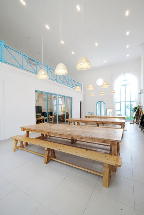 Trên khu đất 250 m2, gia chủ chỉ xây 200 m2, phần diện tích còn lại làm sân vườn. Nhà được chia làm ba khu chức năng chính gồm phòng dạy vẽ, văn phòng thiết kế và khu nhà ở.