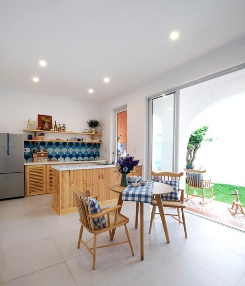 Phòng khách, bếp ăn được bố trí nhìn ra sân vườn để mọi thành viên trong nhà cảm nhận được thiên nhiên trong lành.