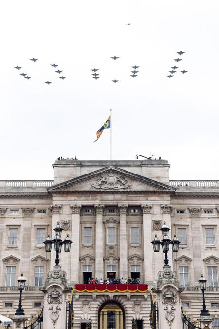 Màn biểu diễn hoành tráng của Không quân Hoàng gia Anh trên bầu trời Điện Buckingham được các thành viên hoàng gia cũng như hàng nghìn người dân đứng bên dưới đón xem.