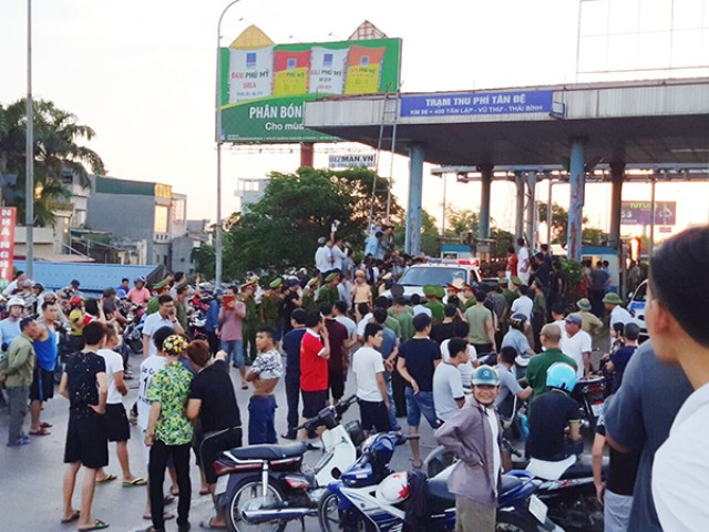 Người dân, các chủ phương tiện tụ tập trước trạm Tân Đệ phản đối việc thu phí.