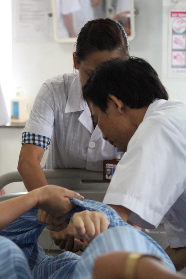 Khi vào viện bệnh nhân chống đối nên các bác sĩ phải khống chế để điều trị.