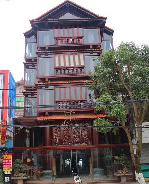 Toàn cảnh ngôi nhà gỗ 5 tầng tọa lạc trên trục đường QL1A.