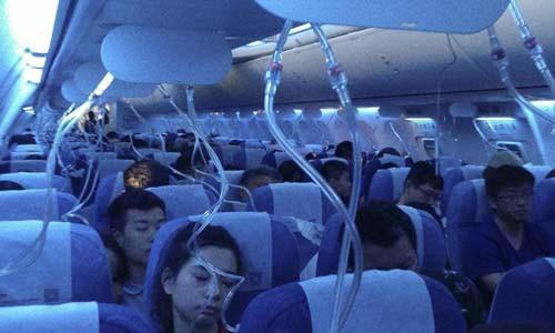 Mặt nạ dưỡng khí bung xuống sau khi máy bay phải hạ độ cao khẩn cấp. Ảnh: SCMP.
