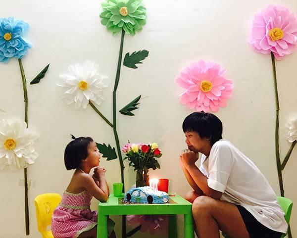 Căn phòng với những bông hoa chính là món quà mà chị Lam Linh dành tặng cho con gái.
