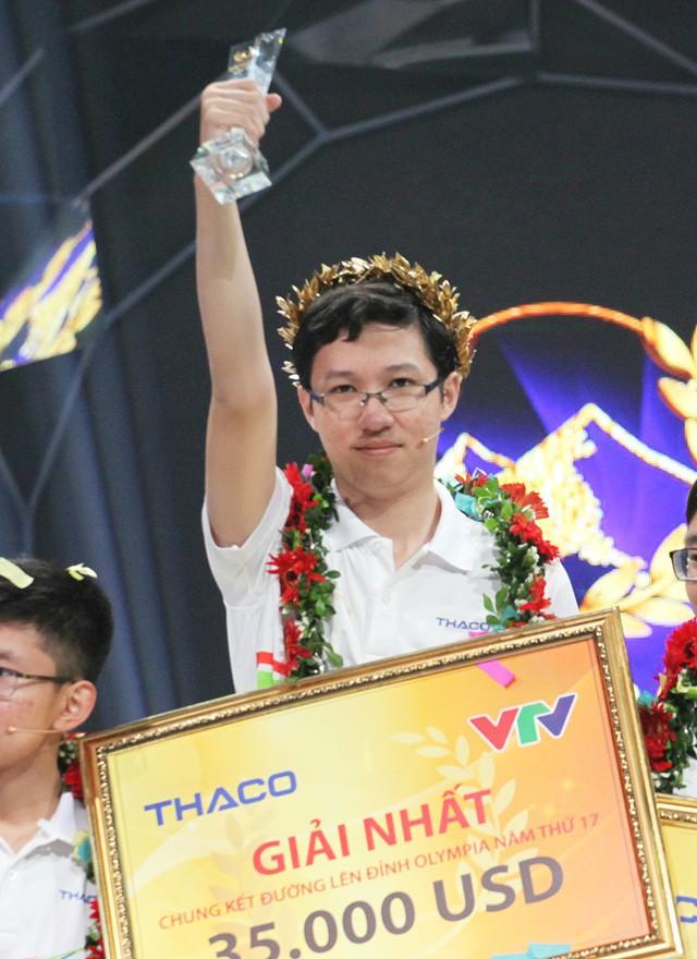 Hình ảnh Phan Đăng Nhật Minh giành chức vô địch Đường lên đỉnh Olympia năm 2017.