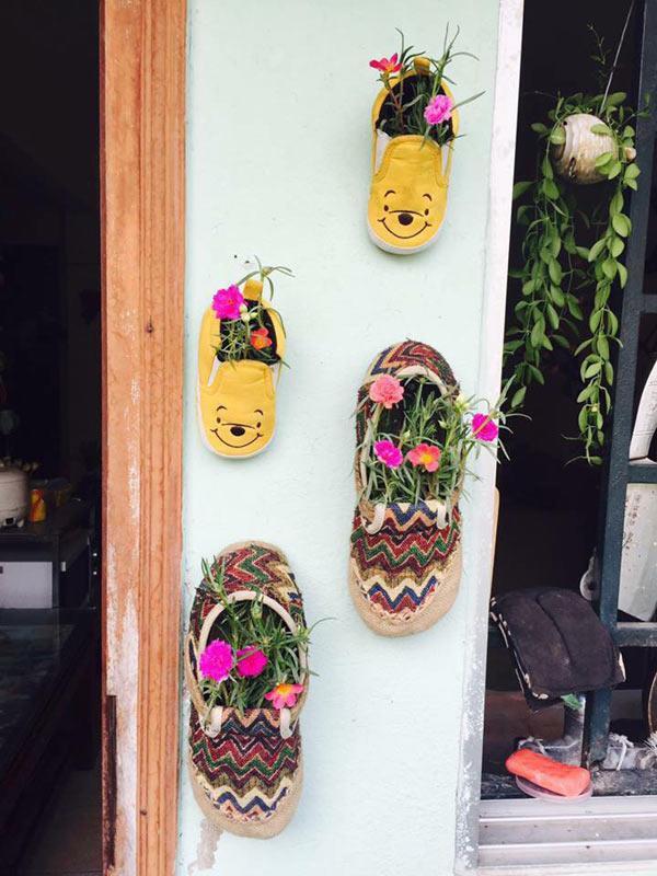 Đôi giày hoa nhỏ xinh góc ban công.