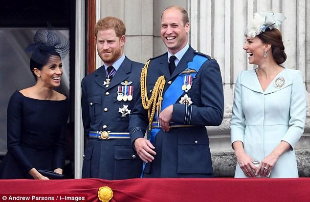 Các thành viên gia đình Hoàng gia đứng chiêm ngưỡng màn trình diễn của không quân.