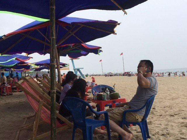 Giá mỗi chiếc ghế lưới kê bên bờ biển Sầm Sơn được thu với giá 30.000 đồng.