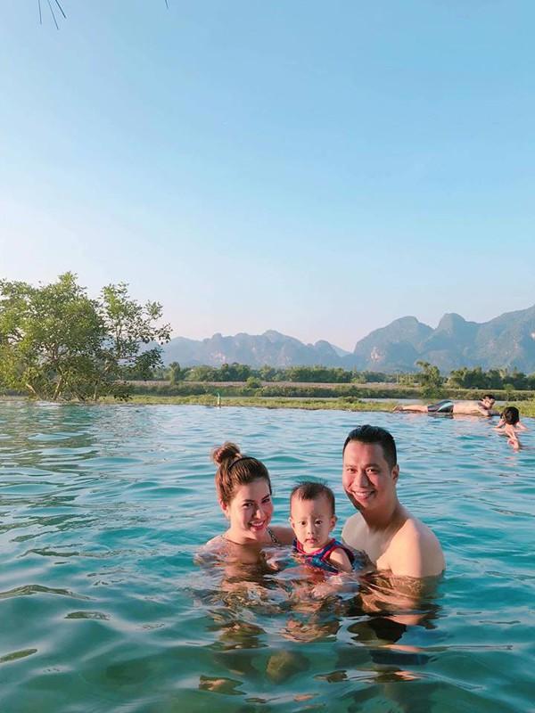 Việt Anh đang vui vẻ hạnh phúc bên vợ con.