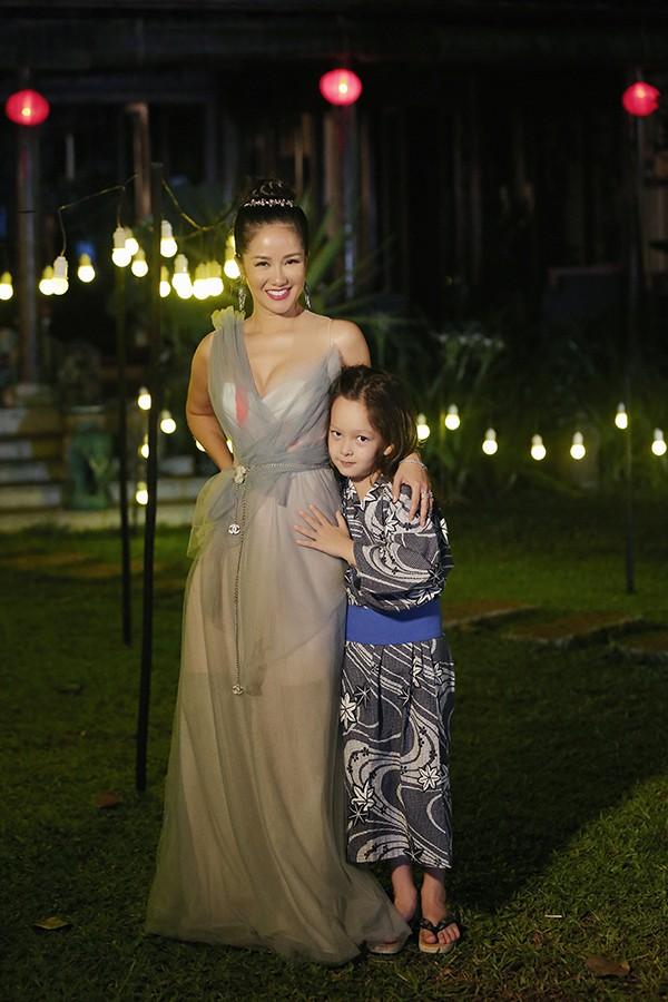 Tôm là một trong hai bé song sinh của Hồng Nhung với chồng cũ người Mỹ . Từ khi mới chào đời, Tôm cùng em gái được khán giả yêu mến vì vẻ đẹp lai. Trong buổi ghi hình, Tôm tỏ ra rất quấn mẹ.