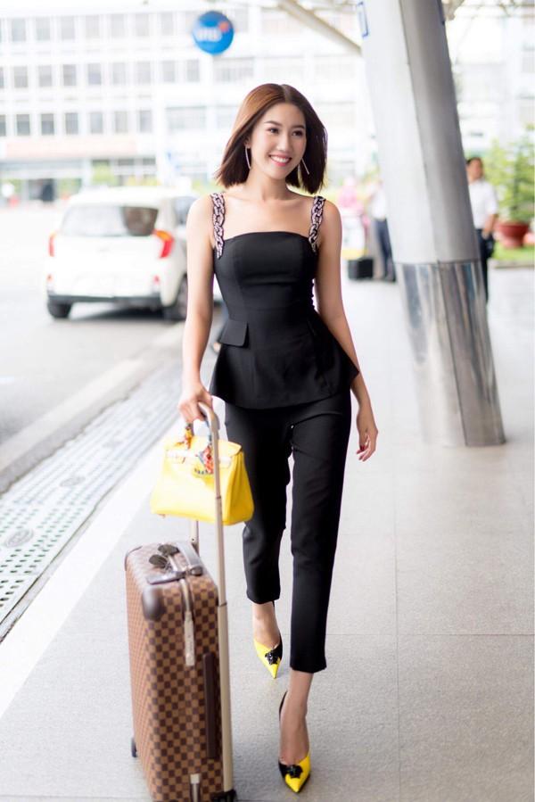 Thúy Ngân ra sân bay Tân Sơn Nhất TP HCM để cùng đoàn phim Gạo nếp gạo tẻ đến Đà Nẵng giao lưu với khán giả miền Trung.