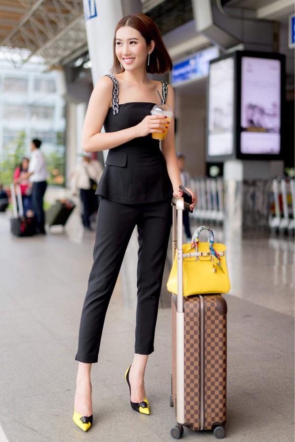 Cô khoe vai trần, mang theo vali, túi xách hàng hiệu. Nhờ vai Hân trong bộ phim truyền hình gây sốt, Thúy Ngân được nhiều khán giả biết đến, đắt show sự kiện hơn.