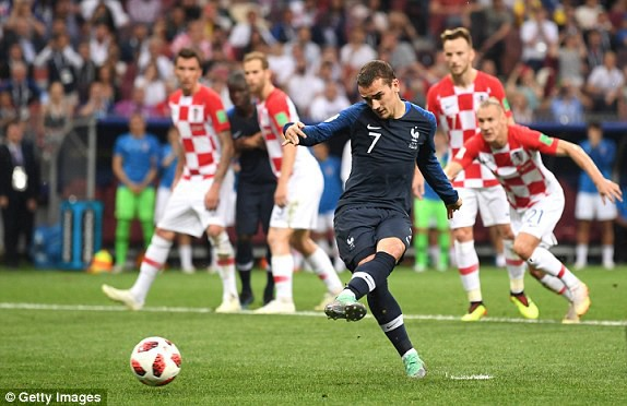 Griezmann thực hiện thành công phạt đền giúp Pháp dẫn 2-1