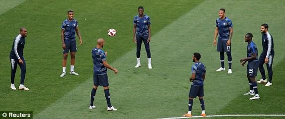 Các cầu thủ Pháp hào hứng khởi động trước trận đấu